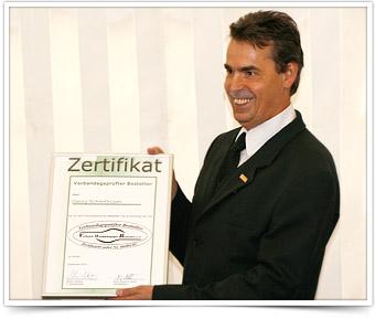 Übergabe des Zertifikats als geprüfter Bestatter.